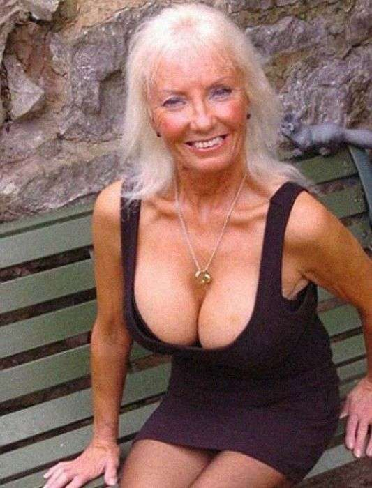 Чоловік заповів своїй дружині зробити силіконові груди і знайти молодого коханця (11 фото)