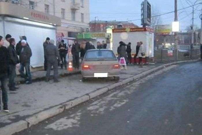Пяний водій влетів в автобусну зупинку в Єкатеринбурзі (7 фото + відео)