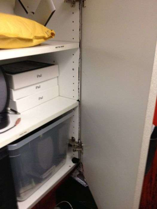 Коли офіс затоплює чорною рідиною (35 фото)