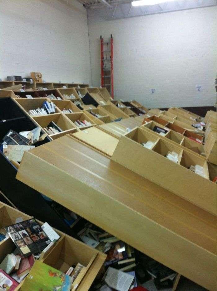 Горе-вантажники потрудилися на славу в книжковому магазині (2 фото)