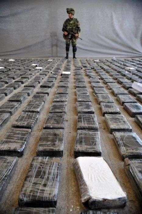 Величезна кокаїнова лабораторія (11 фото)
