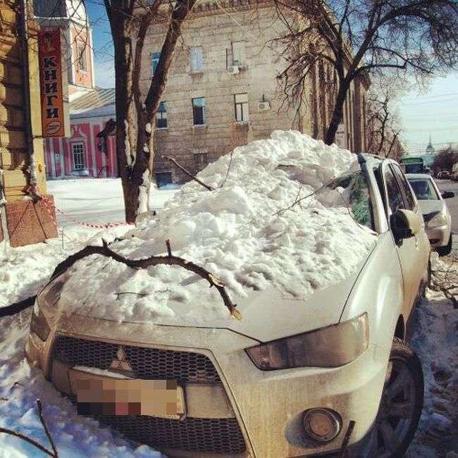 Крижана брила розчавила автомобіль (4 фото + відео)