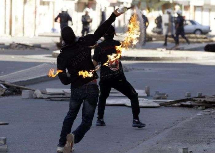 Опозиціонер загорівся через необережність з бензиновою бомбою (8 фото)
