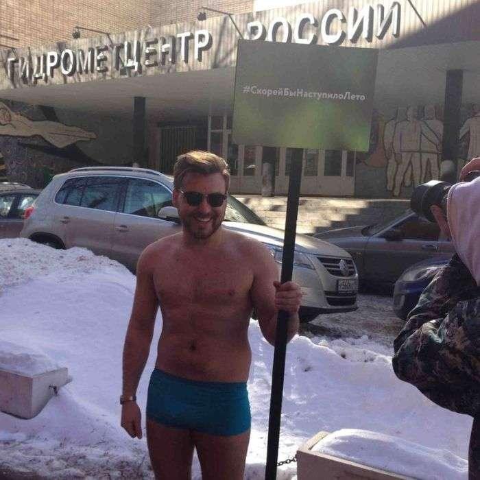Скоріше б настало літо або пікет одного москвича (2 фото)