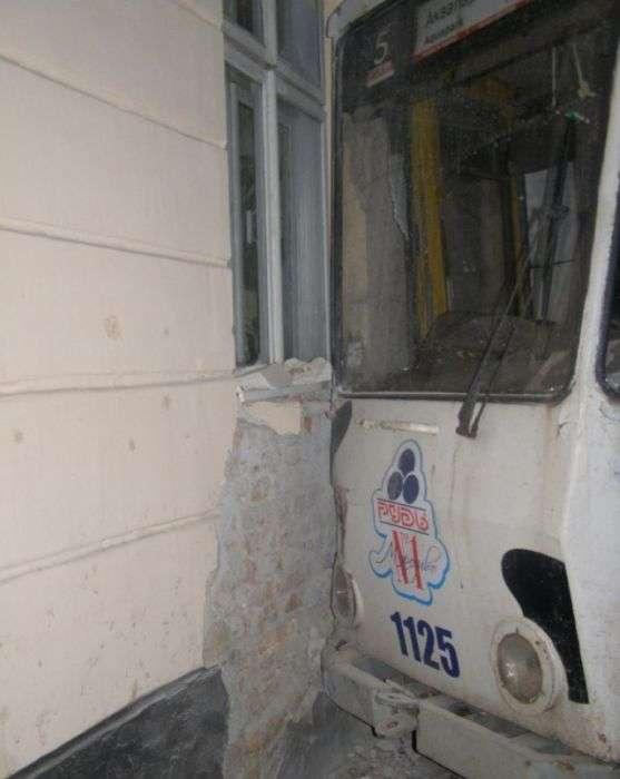 Викрадений трамвай гальмував об стіну (6 фото)