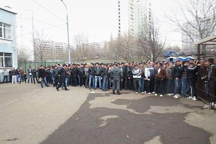 Як гастарбайтерам доводиться отримувати дозвіл на роботу в Москві (14 фото + відео)