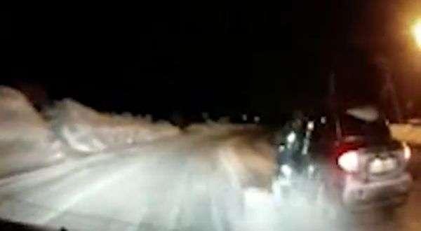 Поліцейський ризикував життям, зупиняючи пяного водія (2 фото + відео)